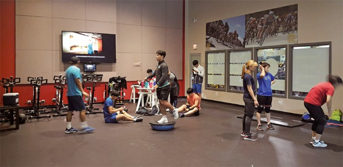스켈레톤 대표팀 선수들이 체력 훈련을 하는 모습. 유전자 분석 결과 윤성빈 선수(가운데 검은 옷)는 훈련하기에 따라 속근과 지근을 특화시킬 수 있는 장점이 있는 체질로 나타났다. - 한국스포츠개발원 제공
